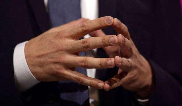 قراءة لغة الجسد تشابك اليدين