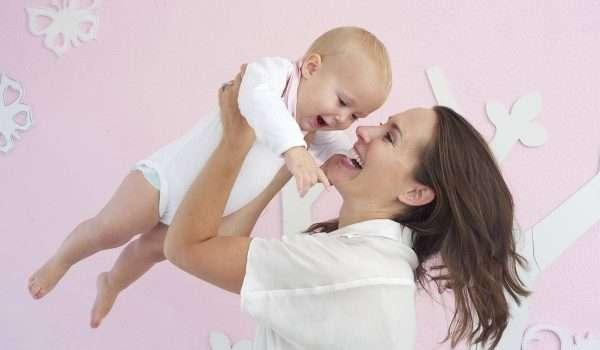طريقة حمل الطفل الرضيع