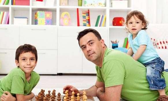 اللعب مع الاطفال