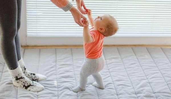 متى يمشي الطفل