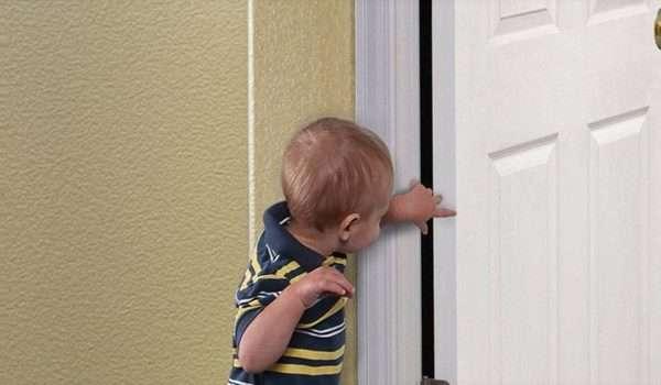 غلق الباب على الاصبع