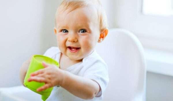 متى يشرب الرضيع الماء