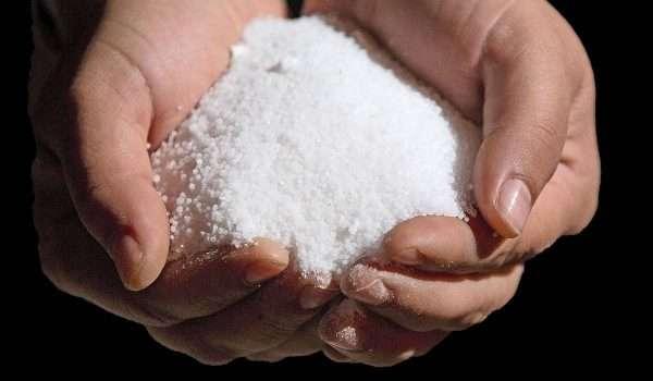 1ff8a50d4 فوائد الملح للشعر .. يمنع التساقط ويقوي بصيلات الشعر، ولكن احذري ...