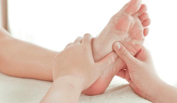 تورم القدمين بعد الولادة .. أسبابه وكيفية علاجه واحذري هذه الأعراض!