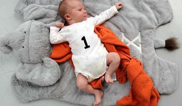 الطفل في الشهر الاول .. كل ما يهمكِ عن نومه وغذائه ونموه
