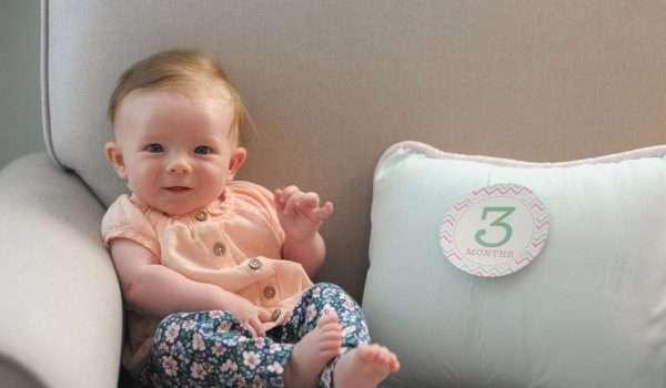 الطفل في الشهر الثالث .. كيف يتواصل مع العالم؟ ونصائح هامة