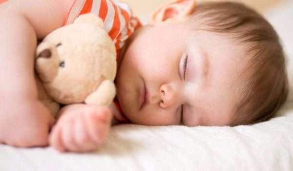 نوم الطفل بعمر السنة