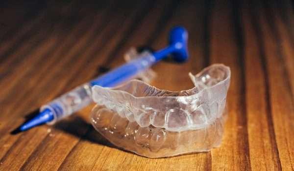 كيف تعمل قوالب تبييض الاسنان ؟