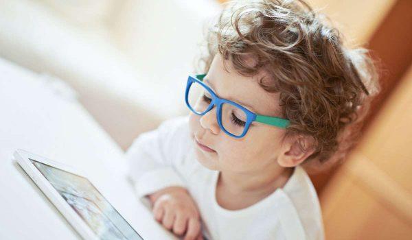 5eb1094fb طول النظر عند الأطفال وكيفية تشخيصه وعلاجه - كل يوم معلومة طبية