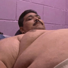 بالصور..أسمن رجل في العالم يستعد للتخلص من 70% من المعدة